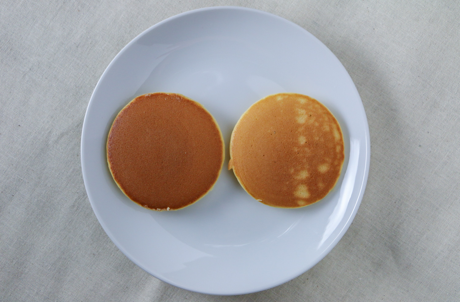 Difference between a griddle sprayed with oil and on that has been wiped clean